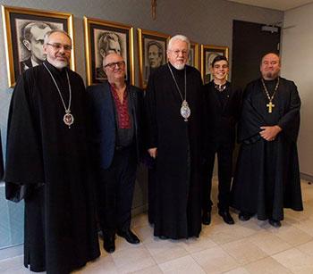 Митрополит Української Православної Церкви США Антоній (в центрі) і Єпископ Даниїл (перший зліва) серед українців Австралії.