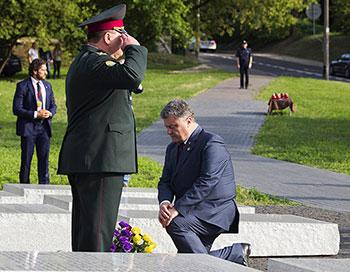 Петро Порошенко біля Пам'ятника жертвам Волинської трагедії. (Фото: Кристіян Добушинський' Варшава)