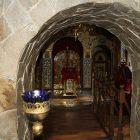 При вході в домову церкву вбачається історичний мур, якому уже 250 років.