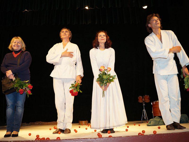 """Актори львівського театру ,,У кошику"""" в Перемишлі."""