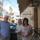 Володимир Єфимов (ліворуч) у пошуках родичів з мешканцями Закінтоса Нікосом Пападатосом та Фрондіскою Буржіезі.