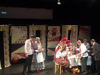 """Сцена з вистави """"За двома зайцями"""" у Гельсінкі."""