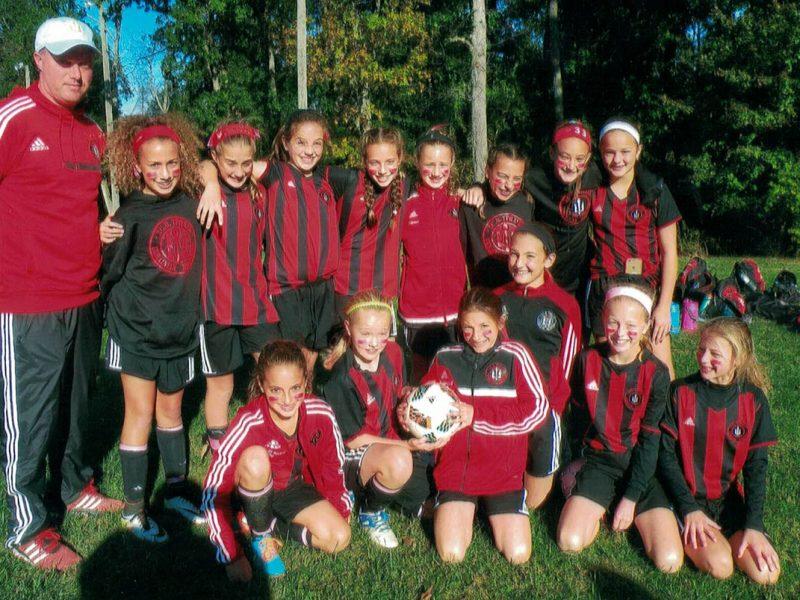 """Футбольна команда УСО """"Тризуб"""" """"Syla Red"""" – чемпіон у групі дівчат до 14 років. Тренер Анджела ДеСума. (Фото: Роман Лужецький)."""