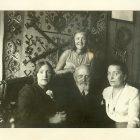 1926 рік. Христя Колесса з родиною (сидять зліва): сестра Любка, батько д-р Олександр i мати Ольга Колесси.