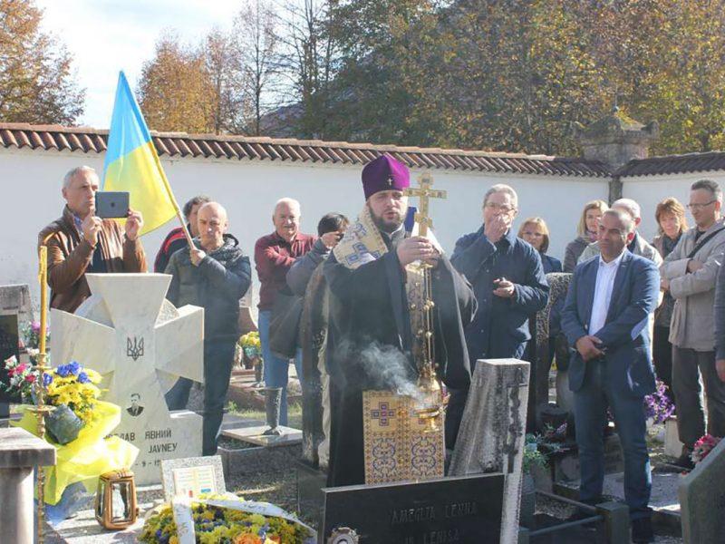 Під час Панахиди над могилою Ярослава Явного. (Фото: Рівненська єпархія УПЦ КП)