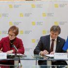 Посол США в Україні Марія Йованович та Міністер фінансів України Олександер Данилюк підписують міжурядову угоду. (Фото: Посольство США в Україні)