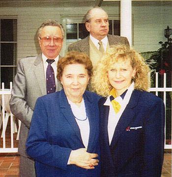 Іван (в другому ряді зліва) та Наталія Контеки з головою Конґресу Українських Націоналістів Славою Стецько (стоїть зліва) та Юрієм Венґльовським.