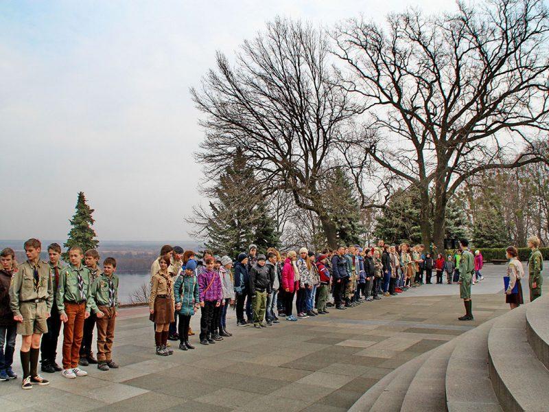 Пластуни на Чернечій (Тарасовій) горі біля могили Тараса Шевченка.