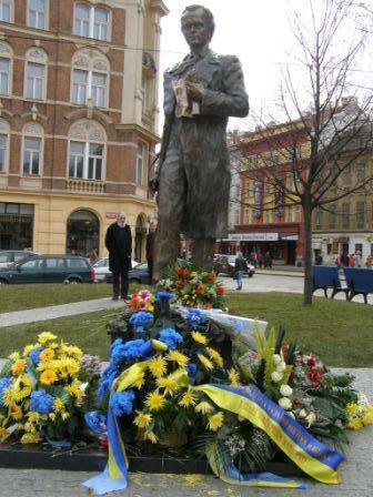 """Квіти біля пам'ятника Тарасові Шевченкові у Празі. (Фото: """"Укрінформ"""")"""