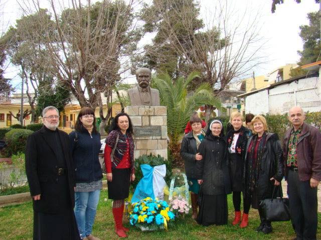 """Українська громада Греції поклала квіти до пам'ятника Кобзареві. (Фото: """"Укрінформ"""")"""