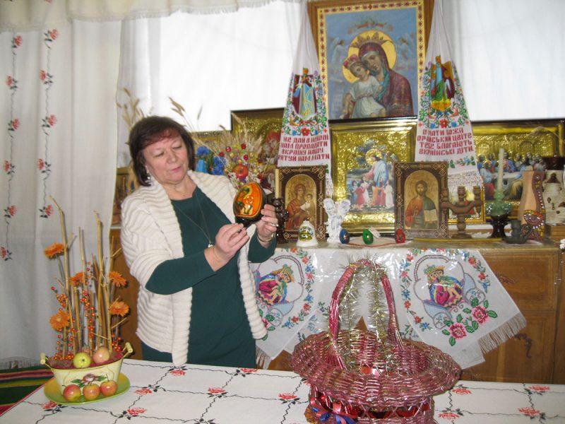 Біля збірки ікон – директор Луцької гімназії Марія Кардаш. (Фото: Володимир Рожко)