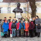 У Самборі учні прийшли до пам'ятника Лесеві Курбасові.